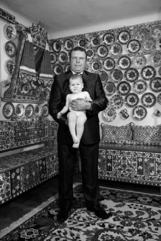 KORNISS Péter_ Apa és gyermeke a cifra-szobában (2011 - ed.3+AP - 110x73cm - lambda print)
