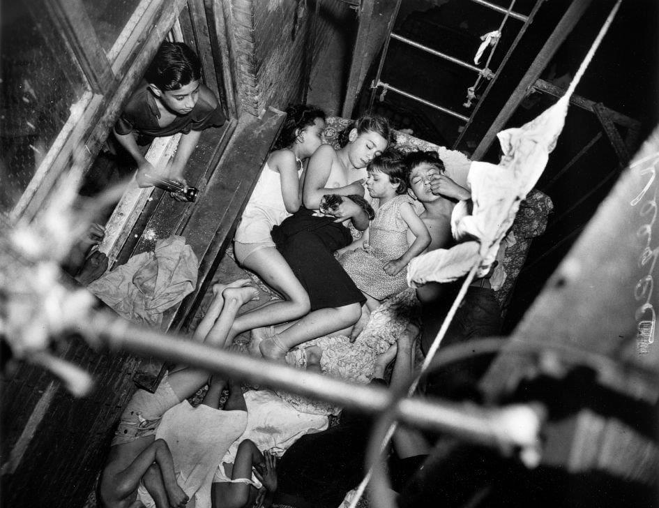 Weegee, Gyerekek a tűzlépcsőn, 1941. május 23. © Courtesy Institute for Cultural Exchange, Germany 2018